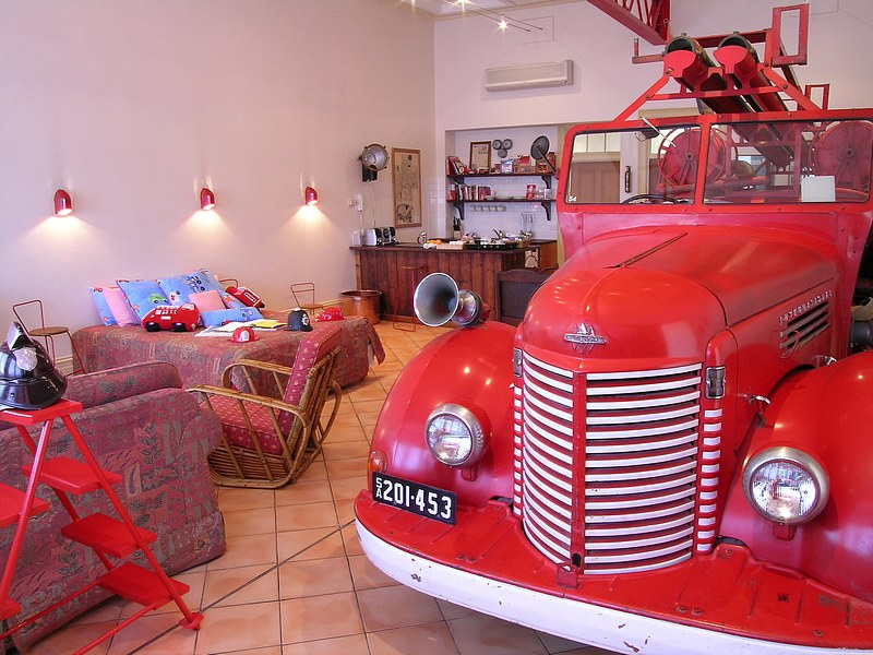 The Fire Station Inn - Fire Engine Suite - Lightning Ridge Tourism