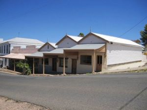 Carmines Antiques and Accommodation - Lightning Ridge Tourism