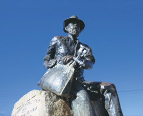 Paddy Hannans Statue - Lightning Ridge Tourism