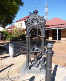 Witcombe Fountain - Lightning Ridge Tourism