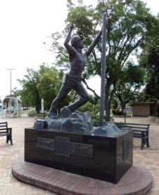 Miners Memorial Statue - Lightning Ridge Tourism